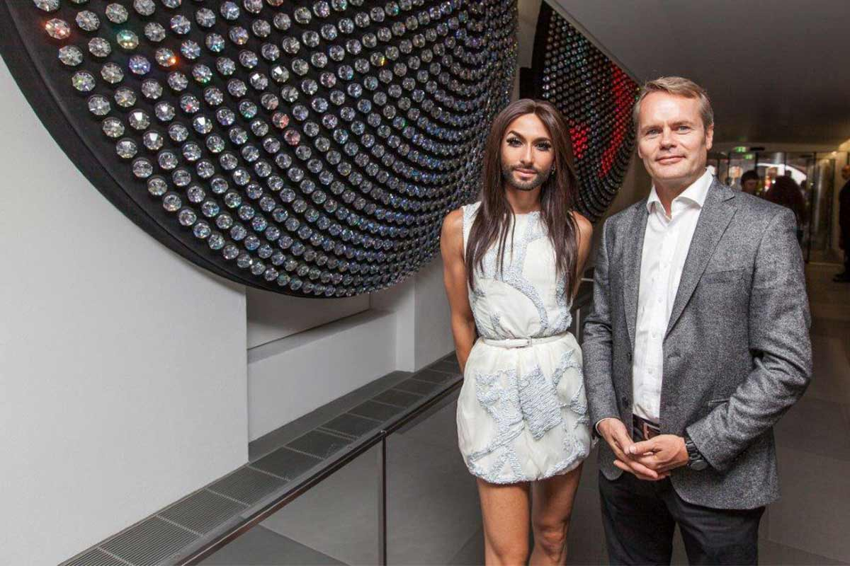 Conchita Wurst mit Karl Wiener, Head of Operations unseres Stores in Innsbruck